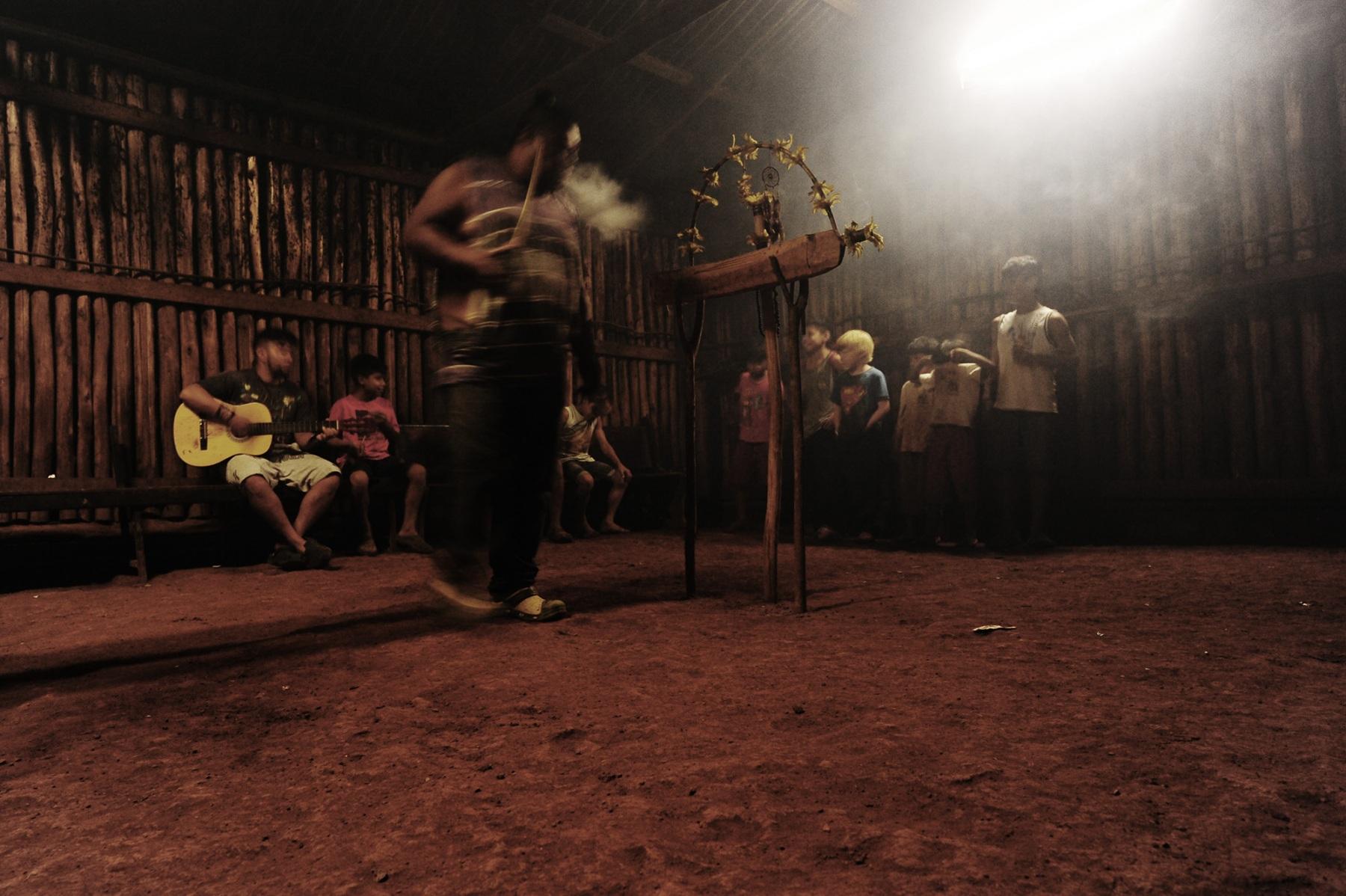 Terra terreno Territorio - parte do projeto Darueira - Dani Sandrini Terra terreno território  fala sobre o que é ser indígena na cidade de São Paulo nas suas múltiplas possibilidades, através de fotografias impressas artesanalmente com pigmentos naturais.