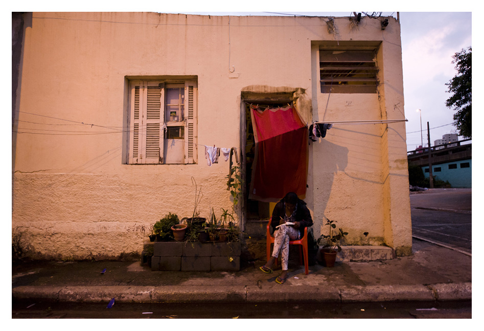 mulher estuda na calcada do Glicerio - Foto Dani Sandrini