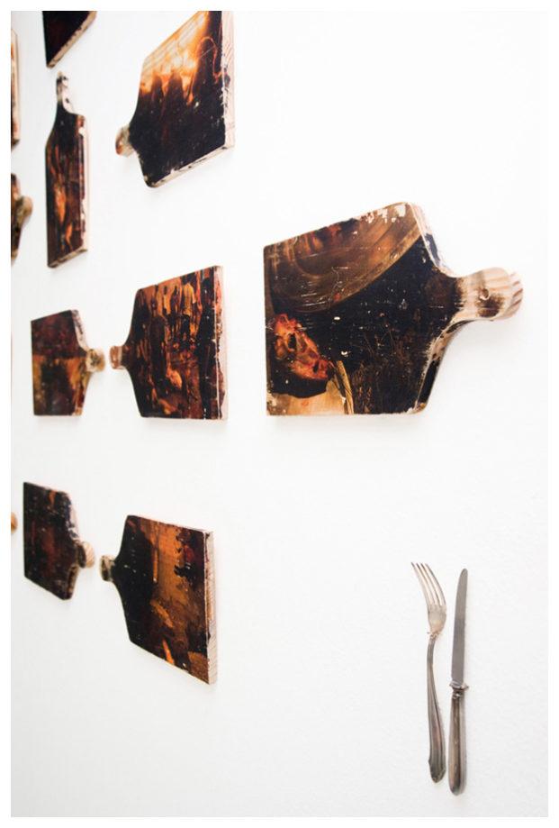 """Tabuas de madeira abrigam fotos de preparo de comida a partir da matança de cabras- Transfer de fotografia em madeira. Projeto """" O Bicho no quintal""""."""