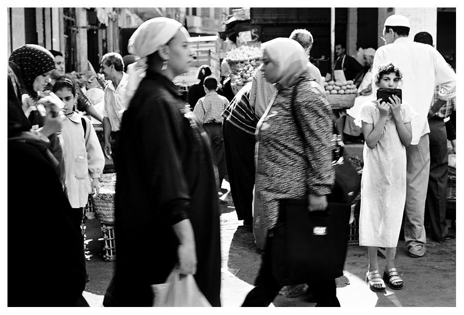 menina em rua movimentada de Cairo - Foto: Dani Sandrini